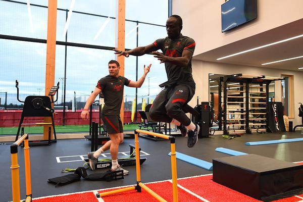 英超利物浦队室内备战 健身房器械大操练