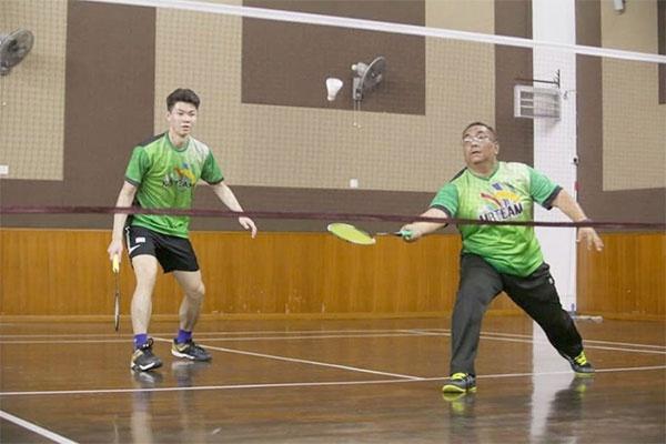 李梓嘉回老家休年假 与当地领导一起打羽毛球