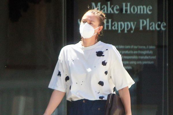 莎拉波娃现身洛杉矶 泼墨T恤搭配蓝色长裤简单随性