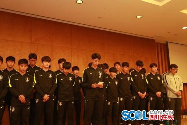韓國球員為侮辱動作鞠躬道歉 踩獎杯球員念道歉信