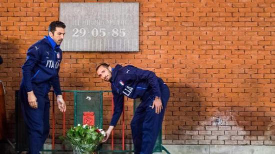 赛前1天的纪念仪式上,尤文队员布冯和基耶利尼向惨案纪念碑献花