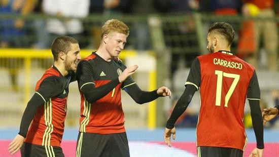 德布劳内与阿扎尔、卡拉斯科庆祝进球