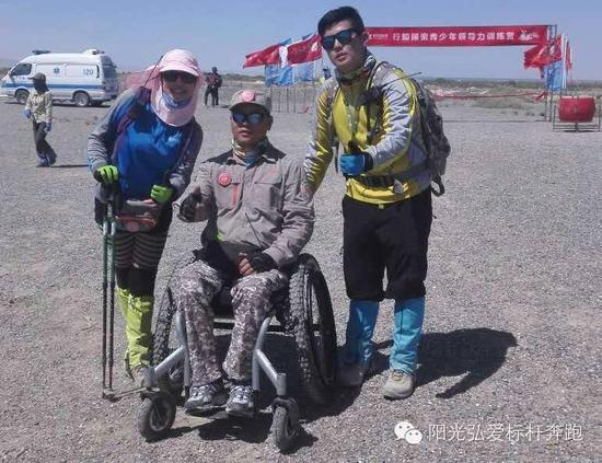 跑友李虹母子和周宝林教师加入沙漠行走流动