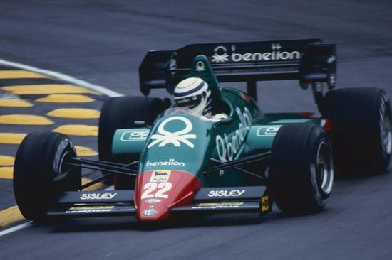 1985年,搭载阿尔法-罗密欧引擎的贝纳通赛车。