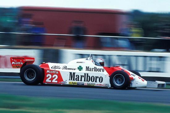 1981年,搭载阿尔法-罗密欧引擎的迈凯轮赛车。