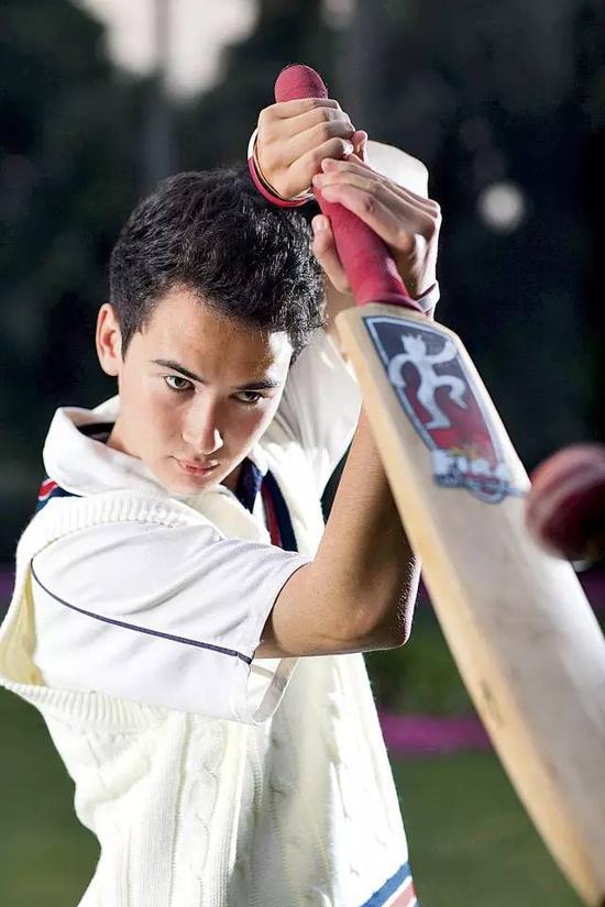 板球是华明自小热爱的运动项目(大食摄)