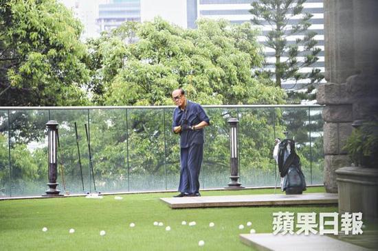 香港媒体拍到的李嘉诚练球情景