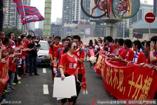 力帆球迷列队欢迎亚泰球迷入场
