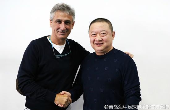 (签约后的乔迪与俱乐部主席兼总经理张青的合影)
