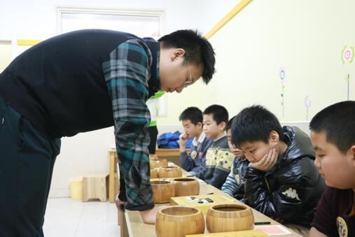 周睿羊九段认真应对小棋手的挑战