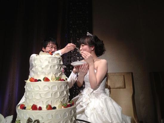 婚礼上井山喂室田吃蛋糕