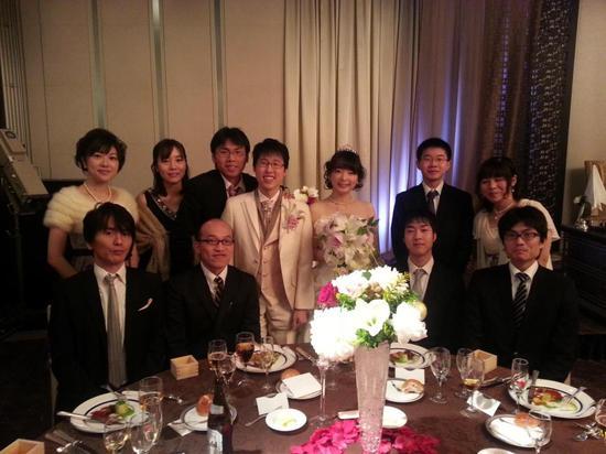 婚礼上与亲朋合影