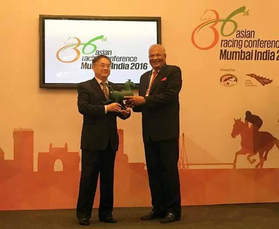 图为中国马会会长贾幼陵(左)与皇家西印度赛马会主席 Zavaray S Poonawalla(右)