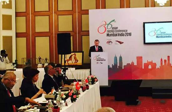 图为亚洲赛马联盟主席应家柏在会议上发言