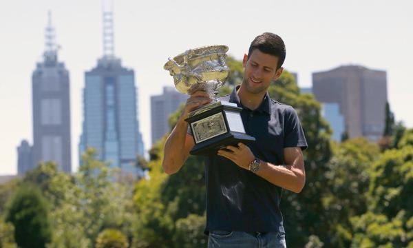 高清-德约科维奇拍澳网冠军写真 与小球迷友爱互动