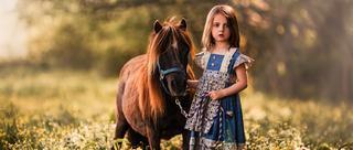 颜值逆天萝莉与马互动