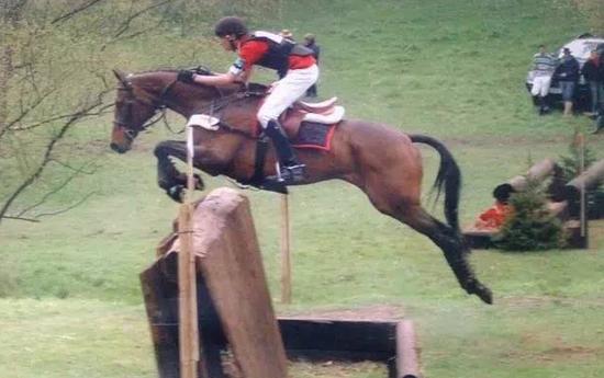 """2005年夏,法国Martinvast,中华公民共和国国旗榜首次飘荡在国际马术结合会马术三项赛竞赛园地,15岁的华天与马匹""""孙悟空""""与80位骑士在国际一星级CIC*竞标,打出了第18名的成果。法新社没去�访榜首名法国奥运奖牌骑士,却把篇幅给了华天。"""