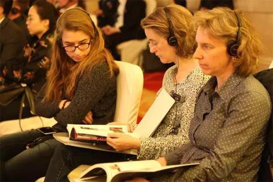峰会时期组委会为参加佳宾装备了业余同声传译