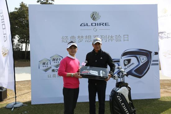 品牌大中华区总司理Ken Yeo老师(左)赠送佳宾任达华(右)Gloire G礼物