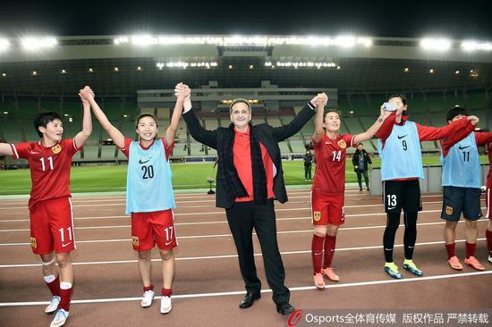 布鲁诺带领女足队员向观众致意
