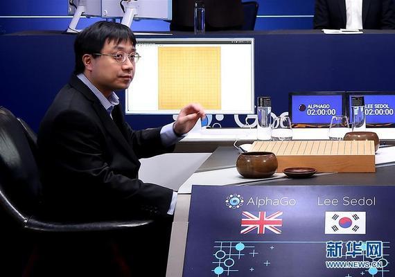 """AlphaGo下围棋时有""""人肉臂""""黄士杰,打星际咋办?"""