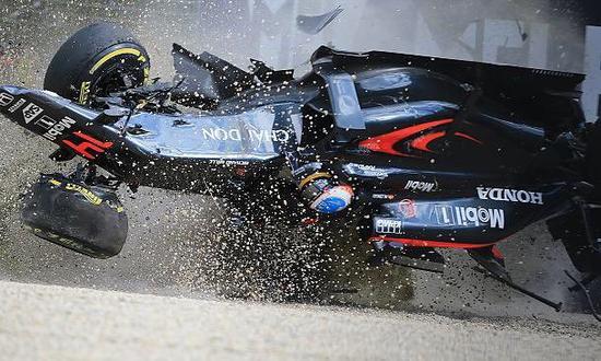 第16圈:阿隆索惨烈撞车