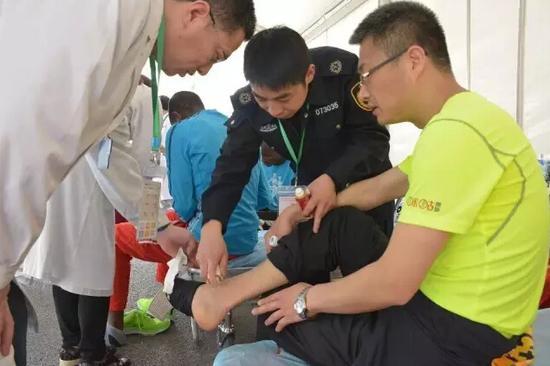图说:为参赛者供给治疗营救。 来历:松江报