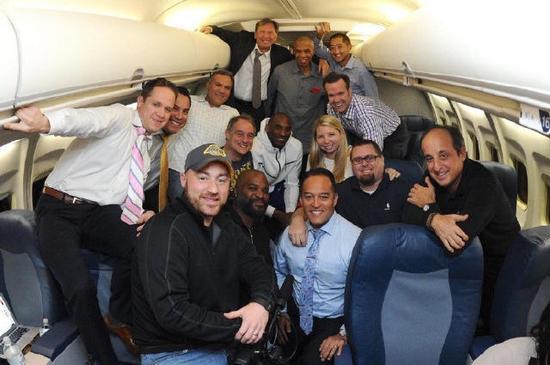 同时发出的还有科比跟球队工作人员,在飞机内的照片.