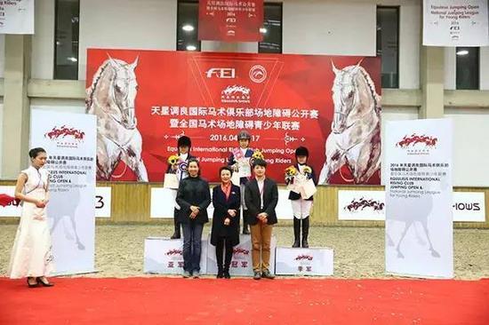 在地杆及交叉级别赛上,来自西藏自治区社体中心的小骑手于佳怡和马匹小胖妞捧回冠军杯,来自天星调良马术俱乐部的小骑手李佳�`和李佳芮驱策马匹福迪分获亚军、季军。