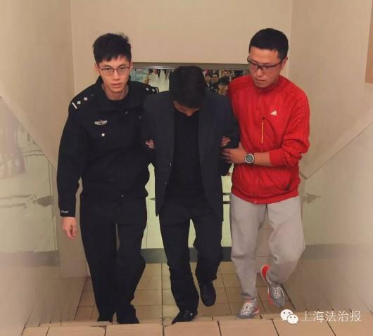 图为王磊(着静止装)和派出所民警将扒窃怀疑人扭送派出所