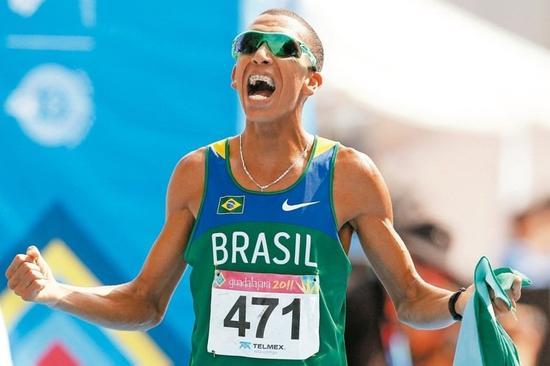 达西瓦(见图)在入行前曾是渣滓搜集员,他以为巴西收渣滓的方法能锻炼短跑需求的意志。 路透