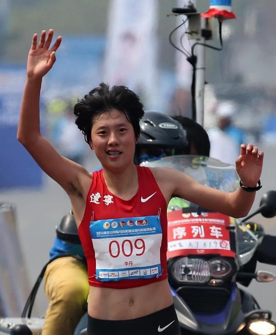 2016秦皇岛国际马拉松赛回顾 女选手穿婚纱开跑(图)