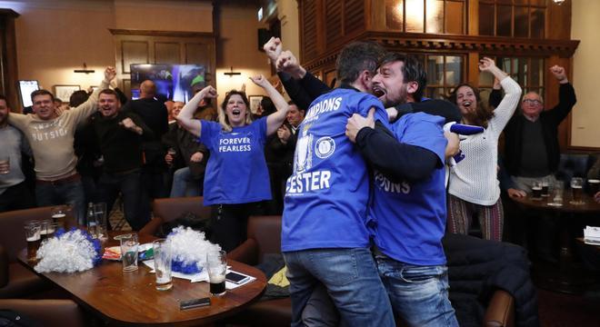 莱斯特城加冕英超冠军 球迷疯狂庆祝