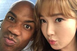 老马与韩星郑秀妍合影 两人脸颊紧贴对视嘟嘴