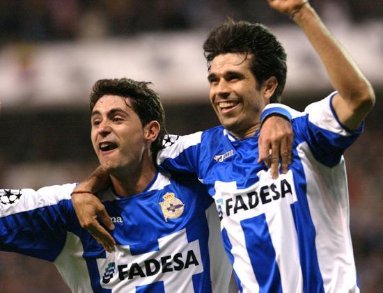 贝莱隆和拉科鲁尼亚现任主锻练维克多-桑切斯庆贺进球。其时在欧冠1/4决赛中,拉科鲁尼亚以4-0打败AC米兰升级半决赛。