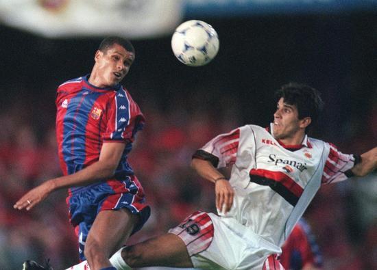 1998年国王杯决赛上,为皇家马略卡效能的贝莱隆和巴萨球员里瓦尔多。皇家马略卡末了输给巴萨,取得国王杯亚军。