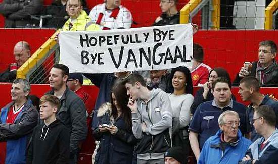 球迷打出标语反对范加尔继续执教