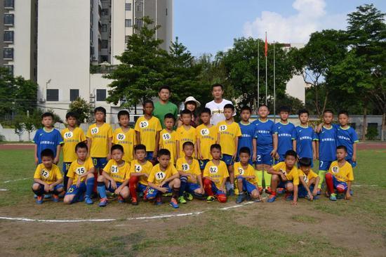 5月23日,黄博文进入校园,与孩子们进行了一场亲密互动
