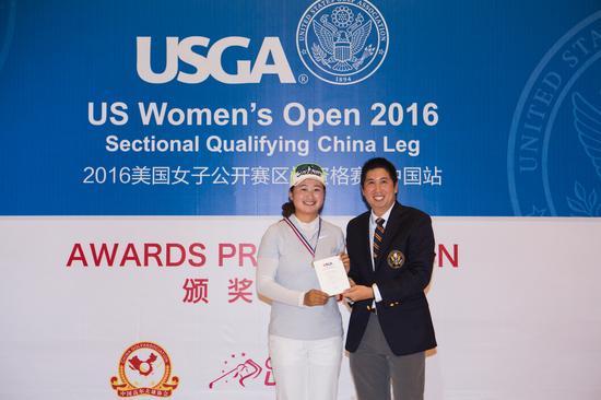 USGA为入围者刘艳颁发奖牌和证书