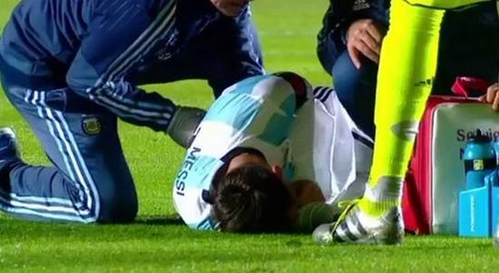 梅西倒在地上