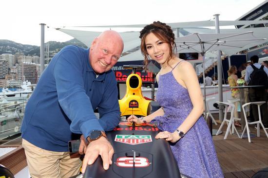 豪雅首席执行官Jean-Claude Biver与邓紫棋在F1围场合影