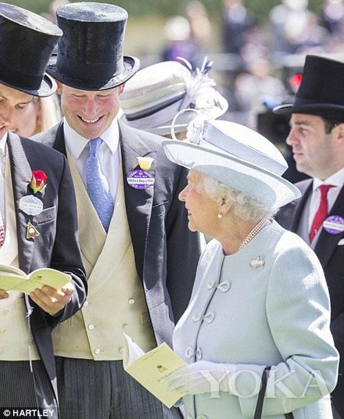 女王亲切跟成员聊天