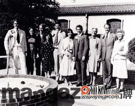 布什和劳拉结婚时,两个家族都前来道贺