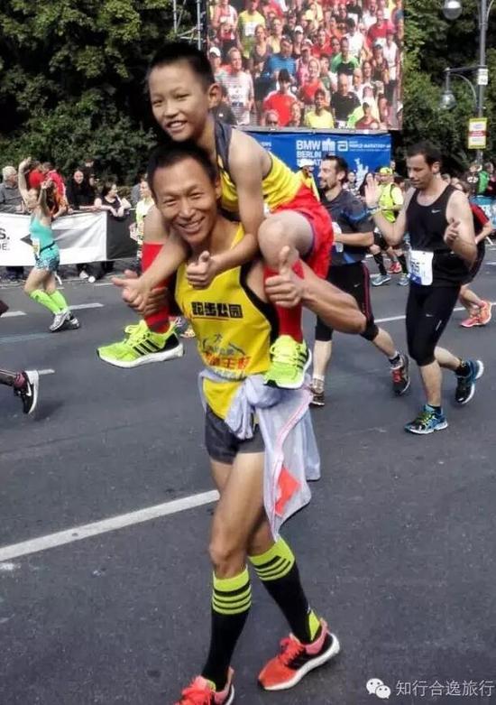 王润曦被爸爸架上肩头,父子俩的经典动作