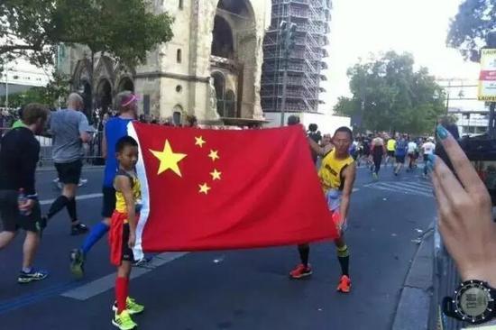 王超父子在柏林马拉松比赛中