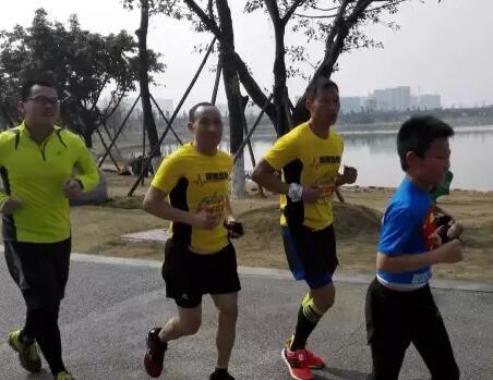 公园跑步训练时,王润曦给大人们领跑