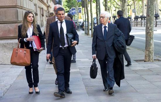 梅西的律师(右一)