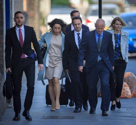 艾娃前往法庭