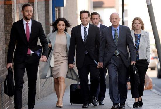 艾娃前往法庭的路上