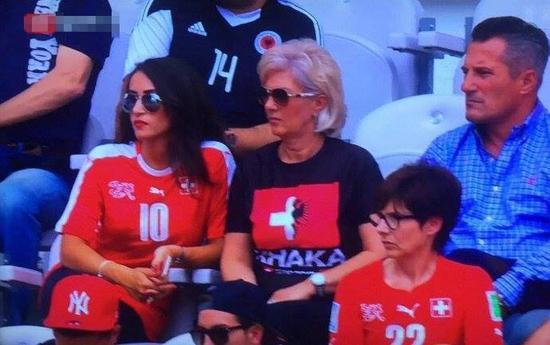 各穿两队球衣的扎卡家人在看台上观战